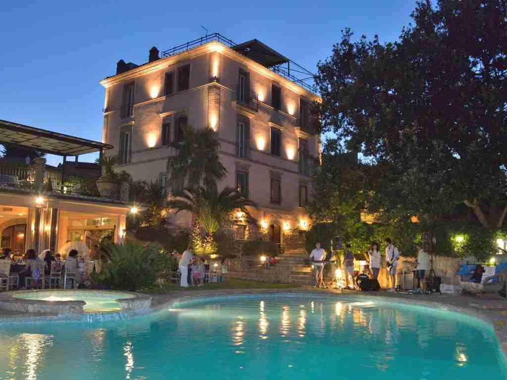 Matrimonio a Villa Clodia: giardino con piscina