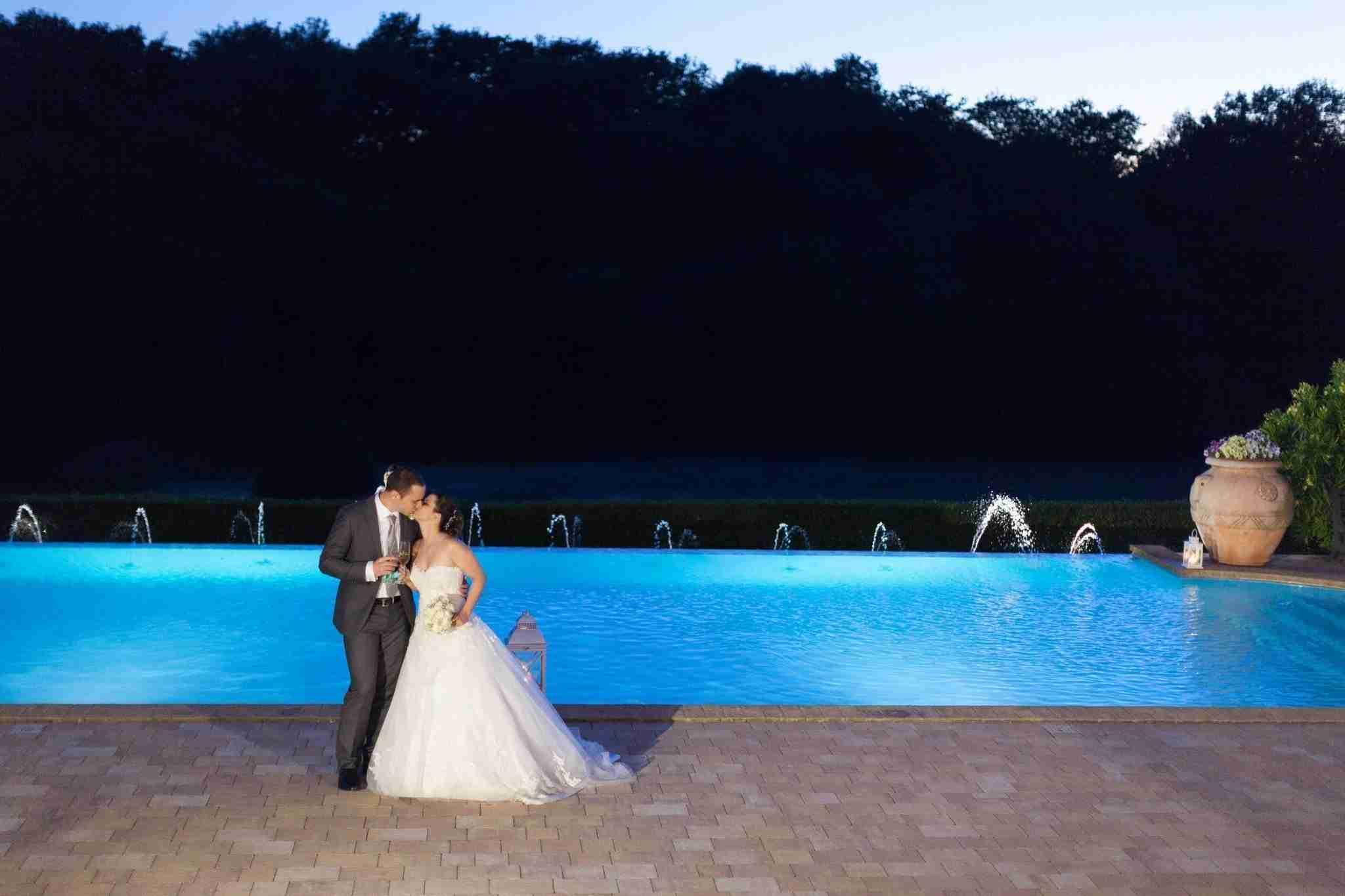 Matrimonio al Casale Antica Cassia: Piscina in notturno