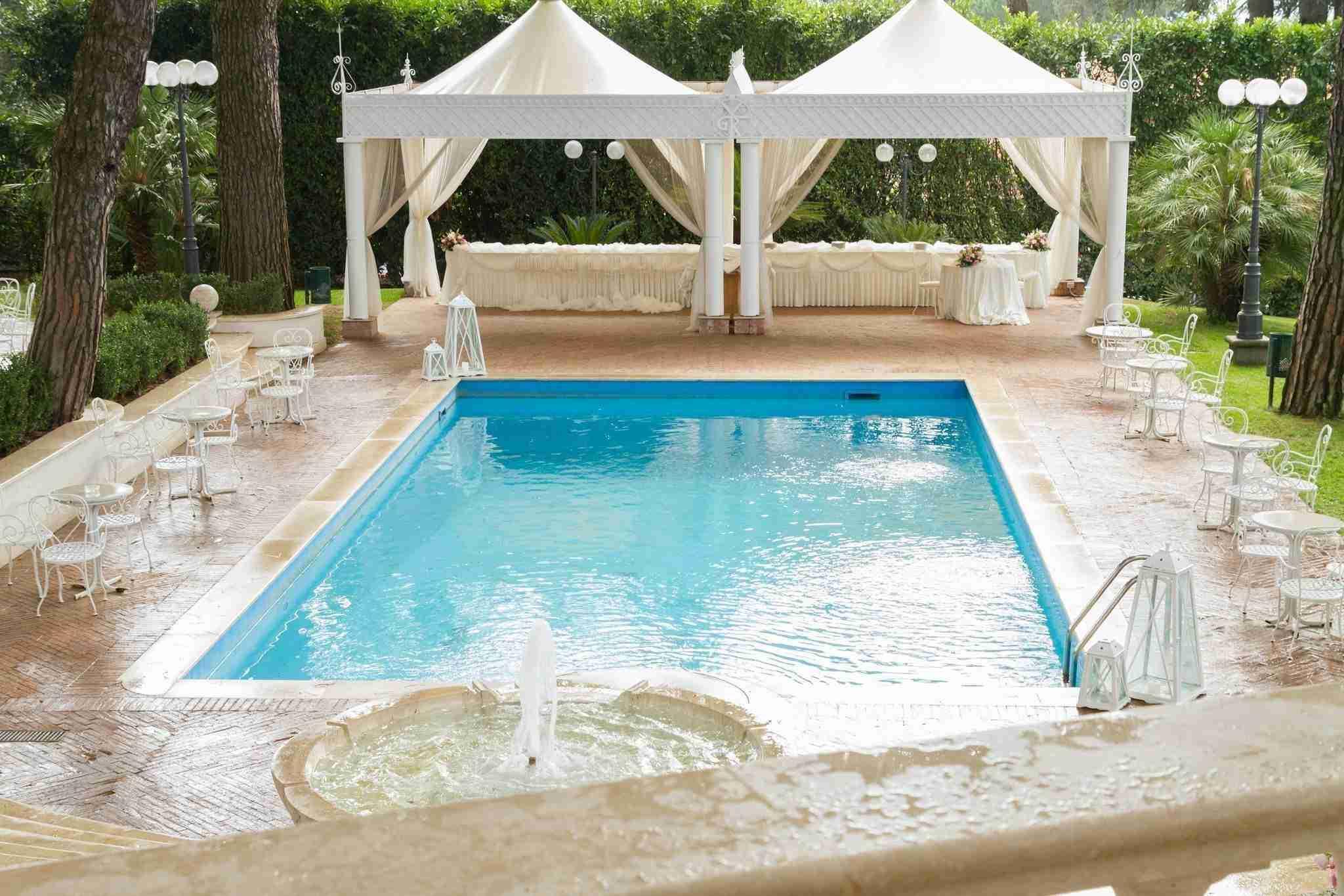 Matrimonio all'hotel villa Ferrata: esterno, giardino con piscina