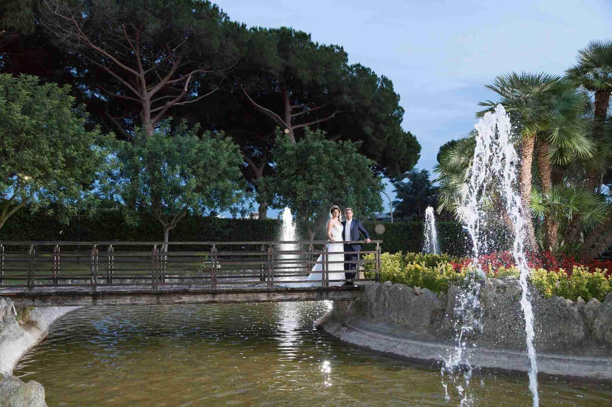 Matrimonio al Casale la corte di arenaro: giardino con fontana, laghetto