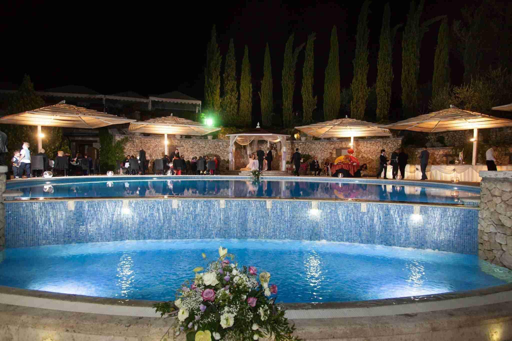 Matrimonio alla tenuta degli Alfei: Esterno, giardino con piscina