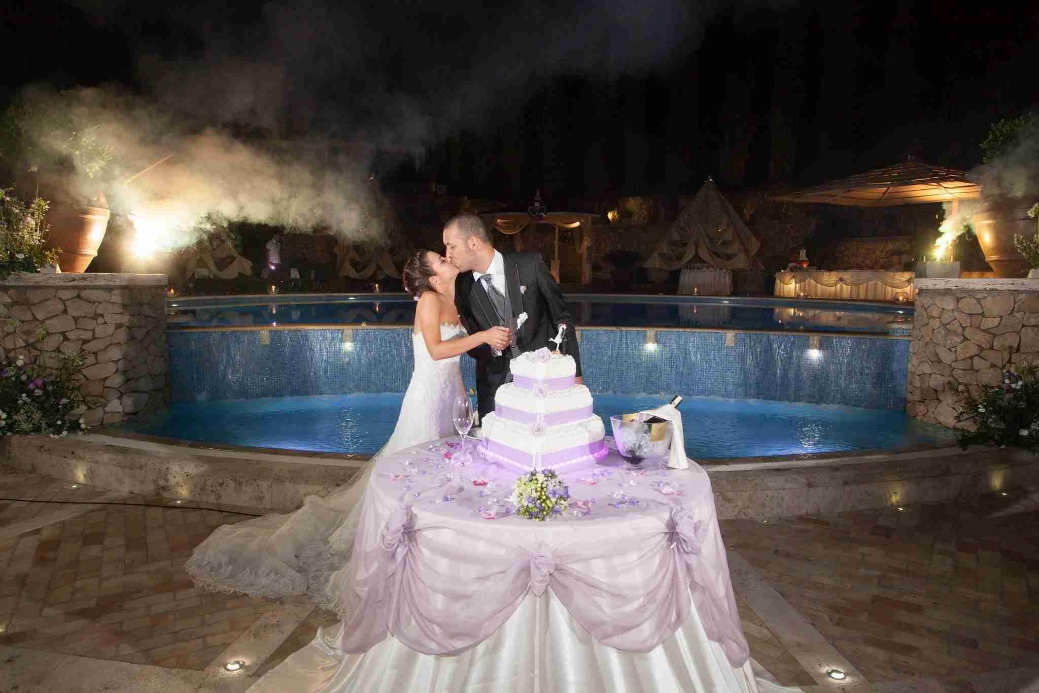 Matrimonio alla tenuta degli Alfei: Taglio Torta in giardino, piscina
