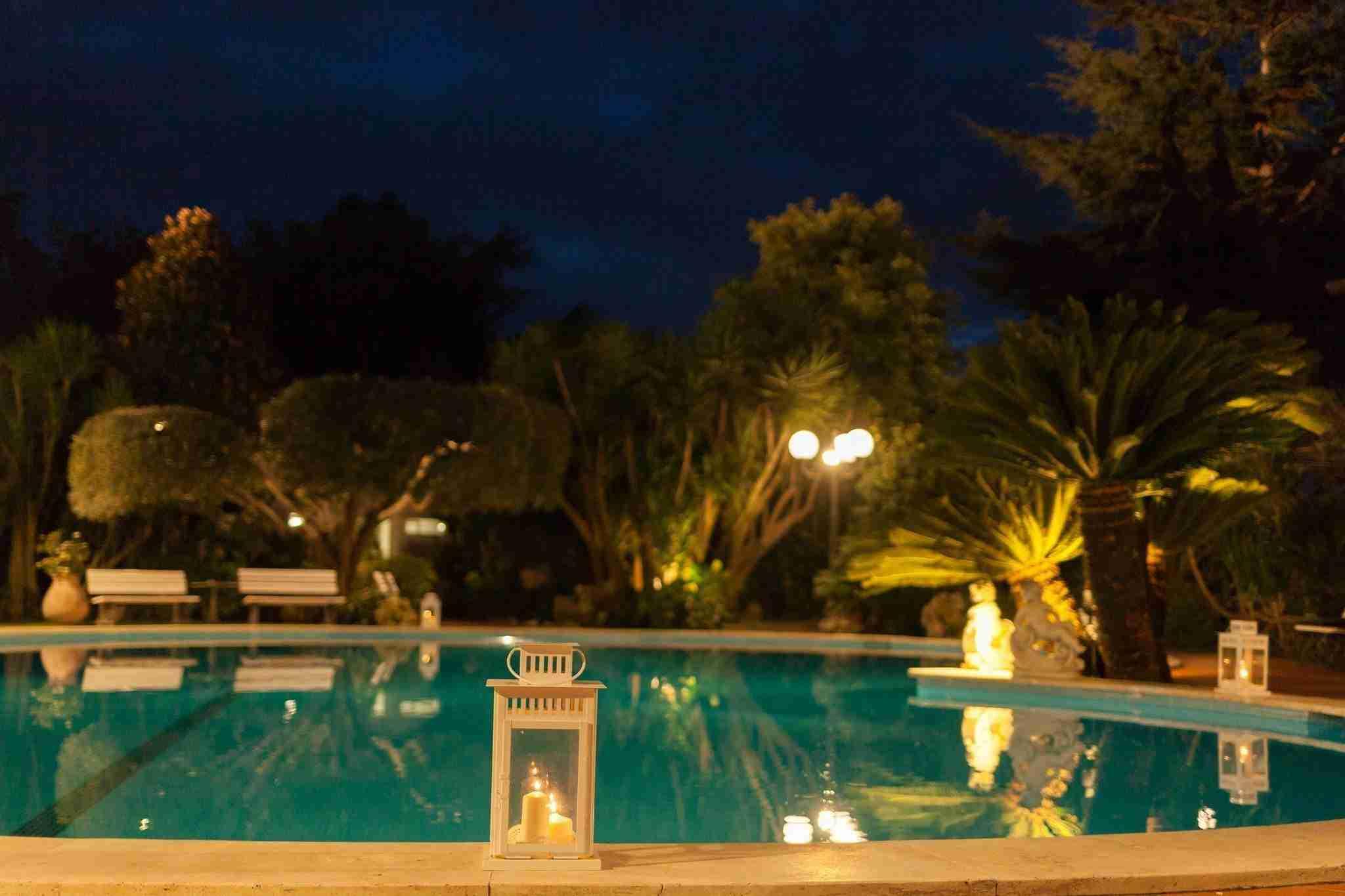 Matrimonio a Villa Cinardi: Esterno, giardino con piscina in notturno